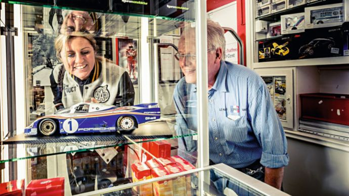Sabine Schmitz, racing driver and Hans-Joachim Retterath, boss at the petrol station at Döttinger Höhe, 2020, Porsche AG