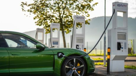 Charging with the Porsche Charging Service: convenient, fast and inexpensive