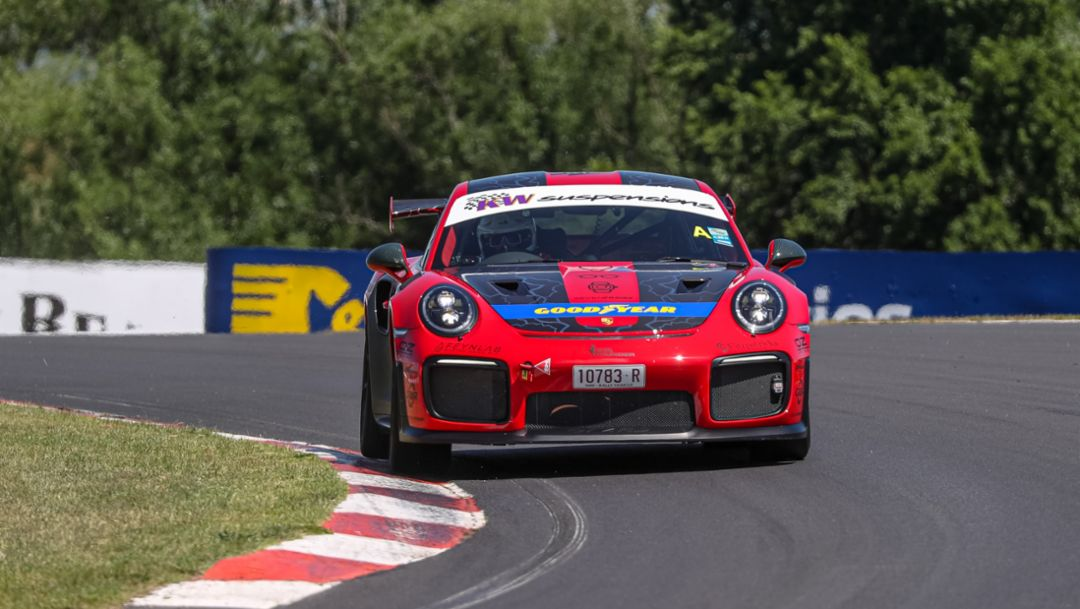 Porsche 911 GT2 RS breaks production car lap record at Bathurst