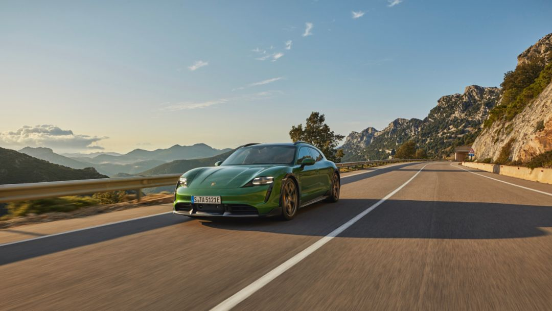 Porsche is electrifying its managers with immediate effect
