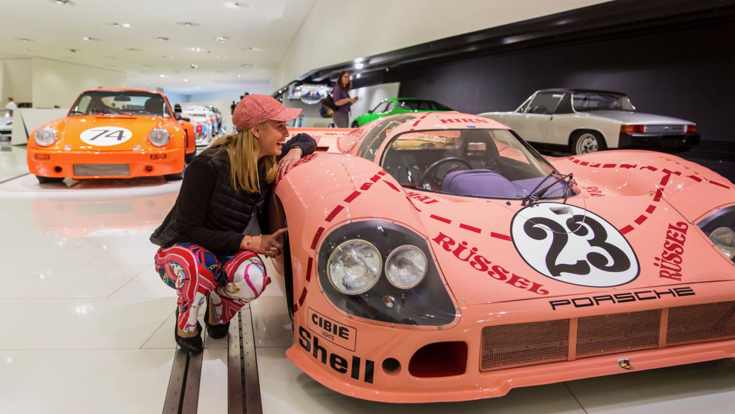 "Good mood in the Porsche Museum: Donna Vekić and the legendary Porsche 917/20 ""Pink Pig"" from 1971 (2019)"