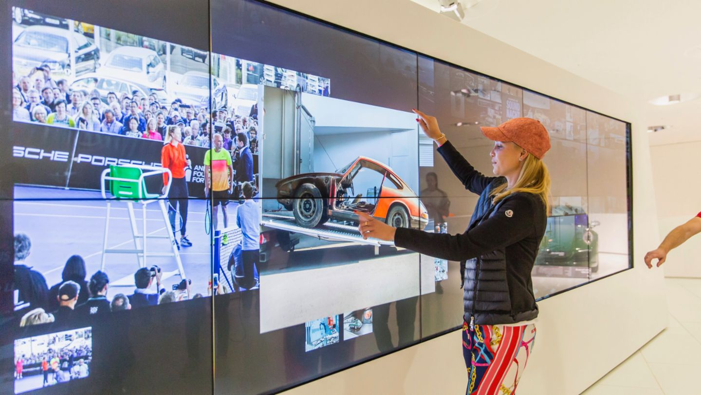 Donna Vekić on a discovery tour in the Porsche Museum (2019)
