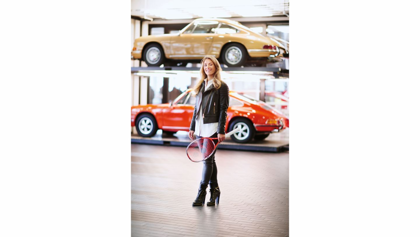 Roaring sixties: Angelique Kerber gets herself into position in front of the original 911, the F model (2015)