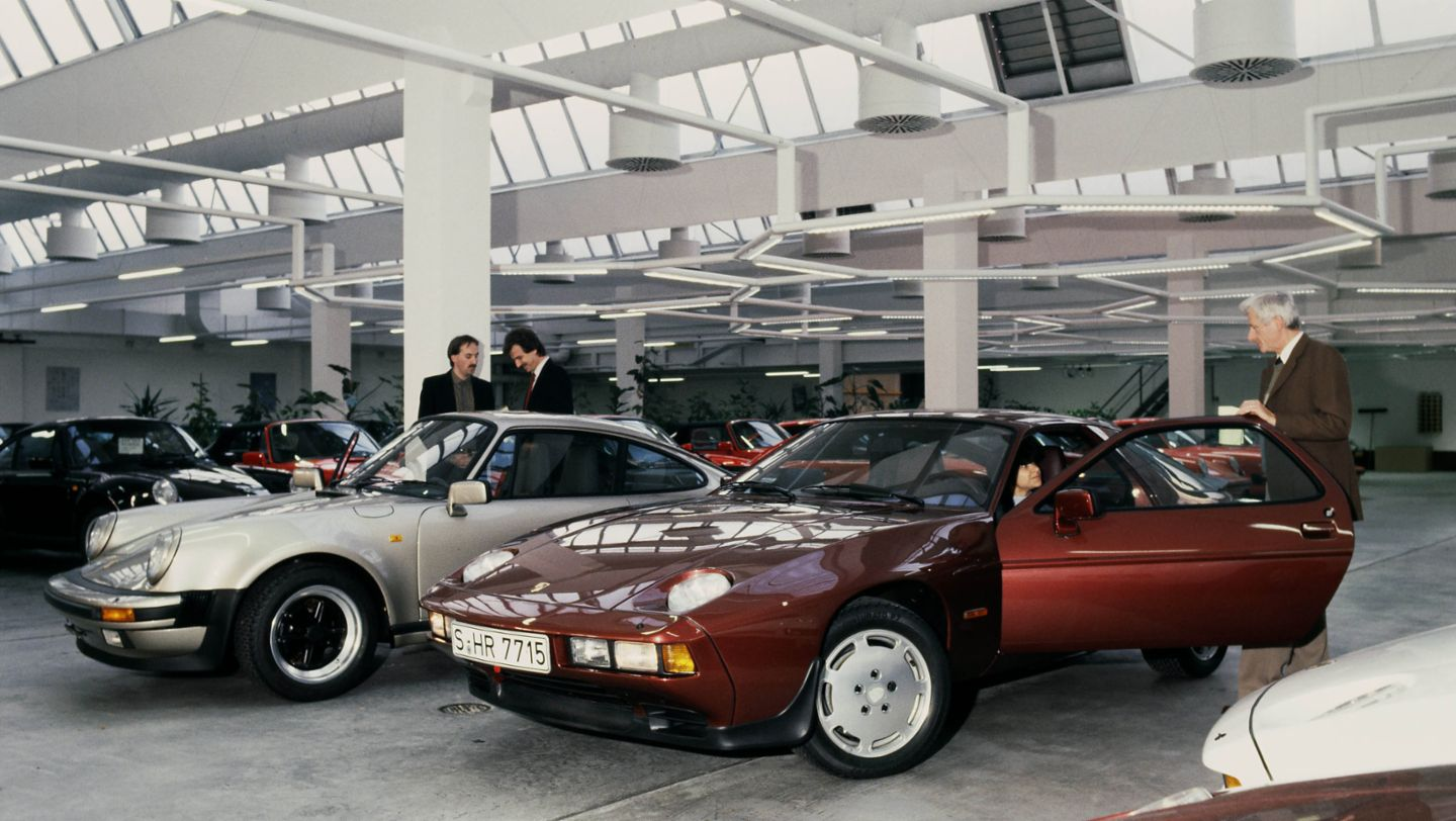 Porsche type 911 Turbo 3.3 Coupé and 928 S Coupé, car delivery, Porsche AG