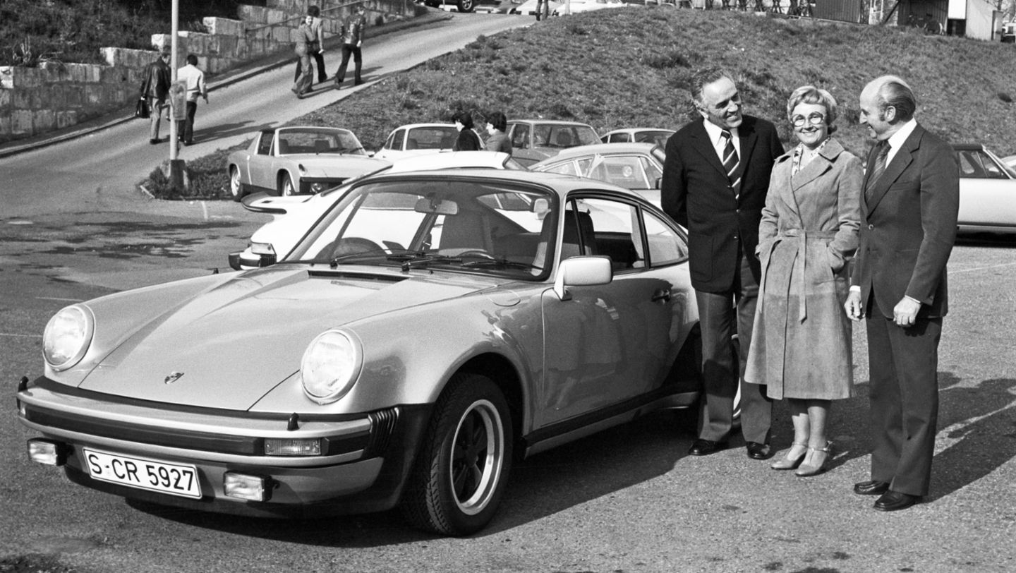 Harald Wagner with Family Pietsch, 911 Turbo 3.0 Coupé (1976), car collection, Porsche AG
