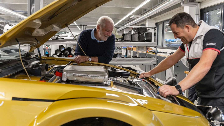 Roland Kussmaul y Oliver Bytow, Jefe de Taller de Porsche Motorsports Histórico (i-d), 924 Carrera GTS Rally, 2021, Porsche AG