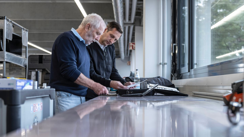 Roland Kussmaul y Kuno Werner, Jefe de Taller del Museo Porsche (i-d), 924 Carrera GTS Rally, 2021, Porsche AG