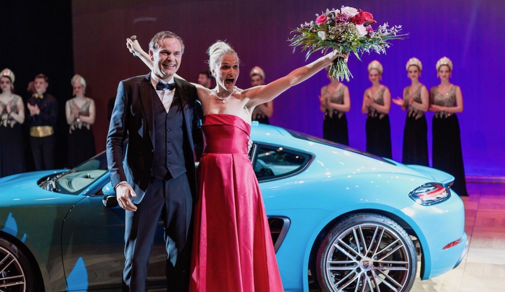 Oliver Blume, Vorstandsvorsitzender Porsche AG, Gewinnerin der Tombola, l-r, 2017 Porsche AG