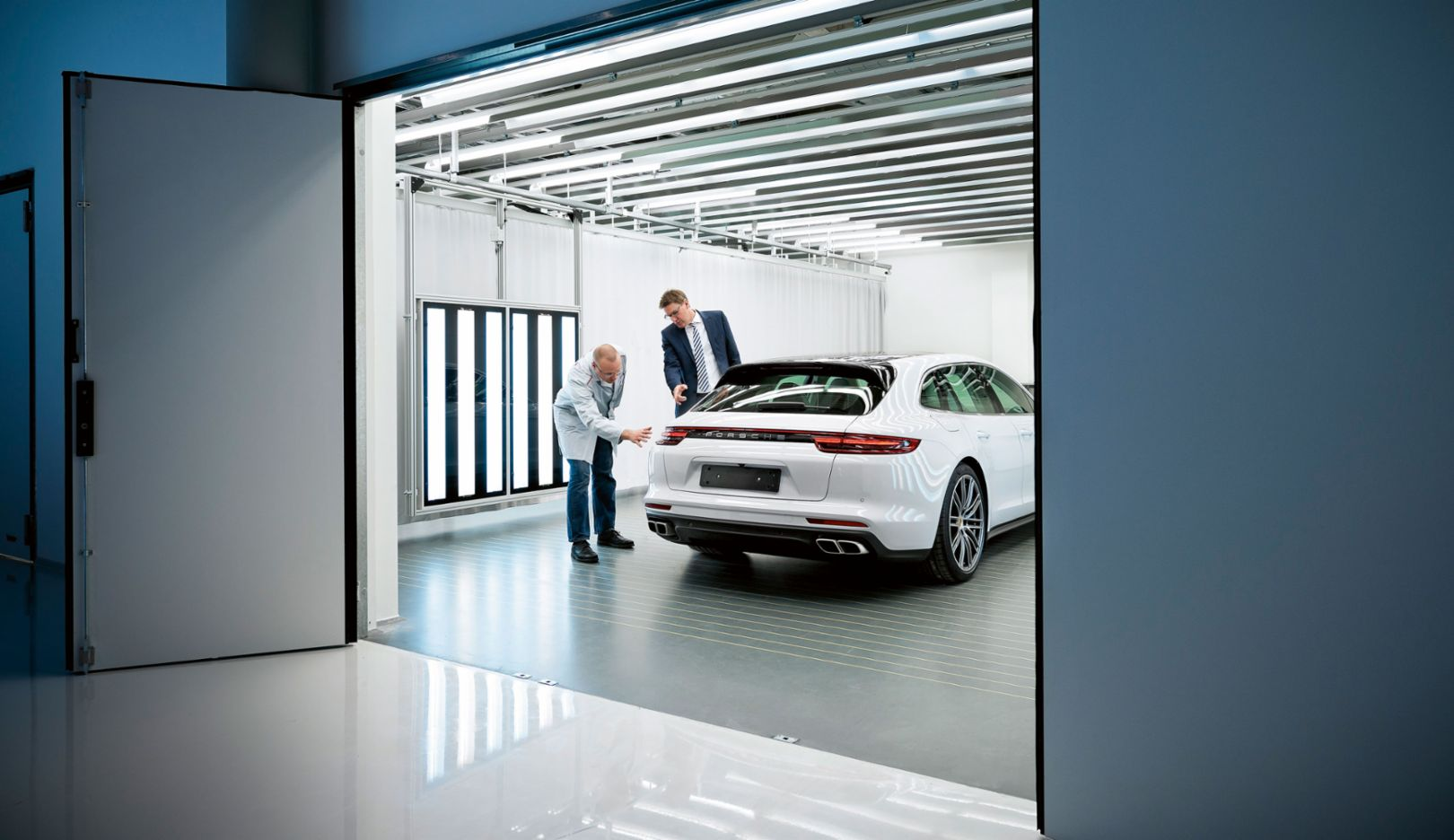 Alexander Fijak, Andreas Schmidt, director of quality at the Leipzig site, l-r, Pilot Hall, Porsche plant, Leipzig, 2017, Porsche AG