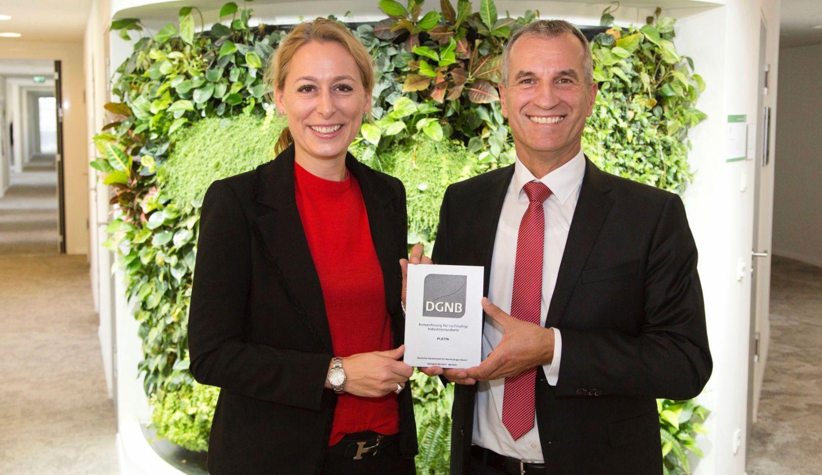 Dr. Christine Lemaitre, Geschäftsführender Vorstand der DGNB, Albrecht Reimold, Vorstand für Produktion und Logistik bei Porsche, l-r, DGNB-Zertifikat in Platin, 2017, Porsche AG