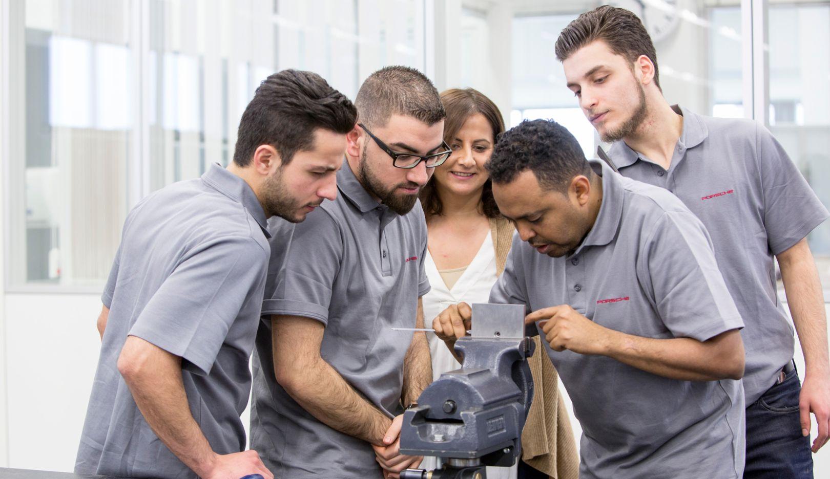 Zeynep Cöplü (at center), Porsche trainer, members of the integration programme, 2017, Porsche AG