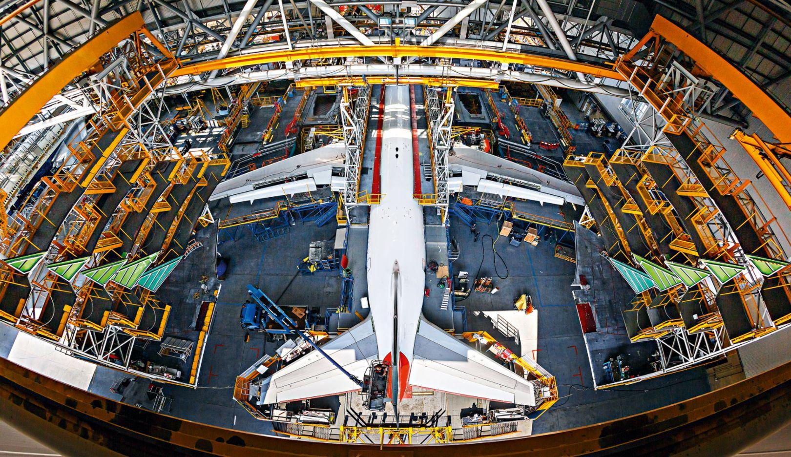 An airplane of British Airways being checked (Photo: Marco Prosch)