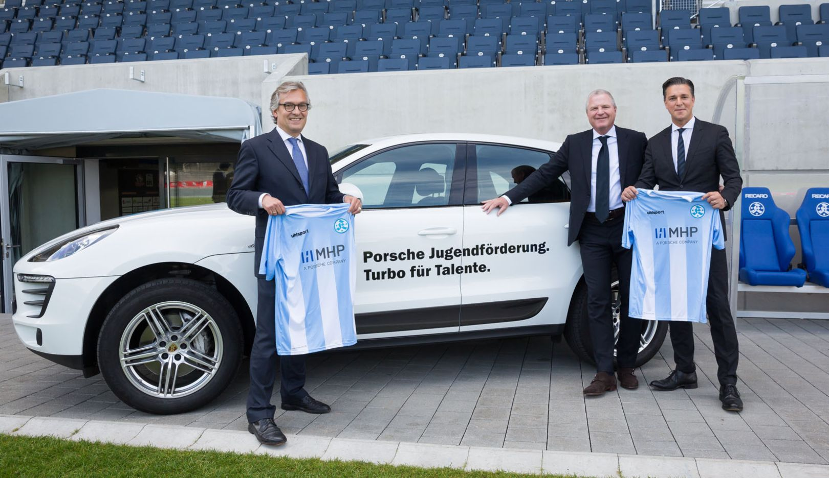 (l.-r.) Dr. Ralf Hofmann, Chairman of the Board of MHP, mit Prof. Dr. Rainer Lorz, President of the Stuttgarter Kickers, und Lutz Meschke, Member of the Executive Board Financial Affairs of Porsche AG, Macan Turbo, 2015, Porsche AG