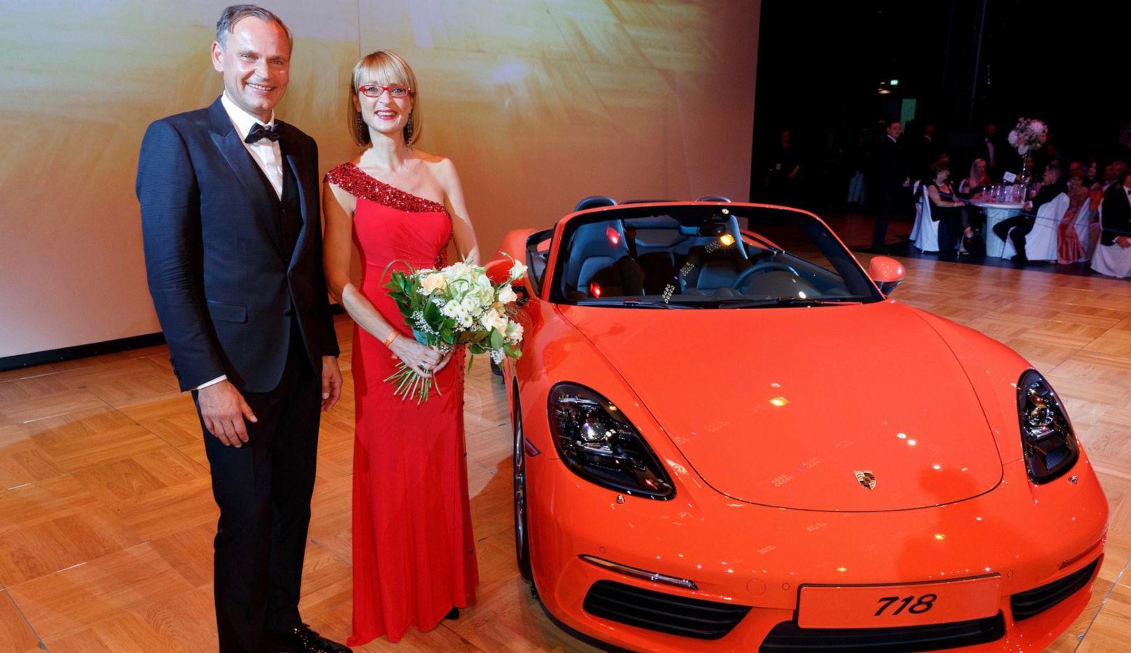 Oliver Blume, Vorstandsvorsitzender der Porsche AG, Peggy Huber, Tombola-Hauptpreisgewinnerin  l-r, Leipziger Opernball, 2016, Porsche AG