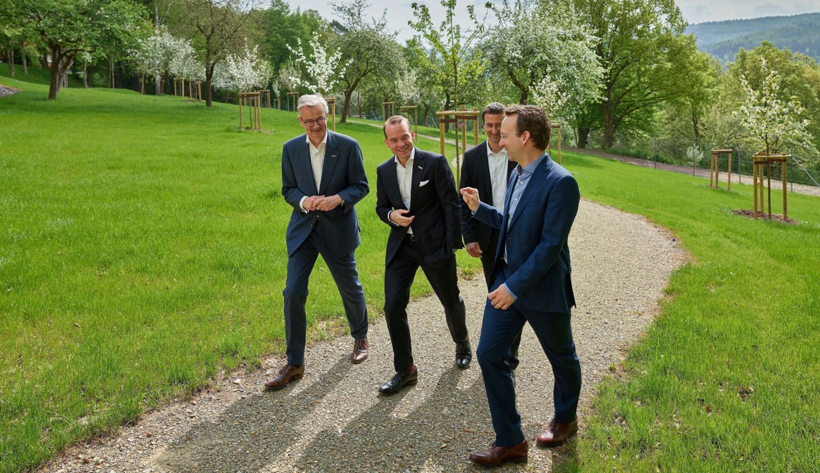 """Walking meetings are on the agenda at B. Braun Melsungen AG, a leading medical technology company. Dr. Wolfgang Freibichler (Porsche Consulting, right) focuses on """"nudges"""" that promote the creativity and health of employees. Photo: Porsche Consulting"""
