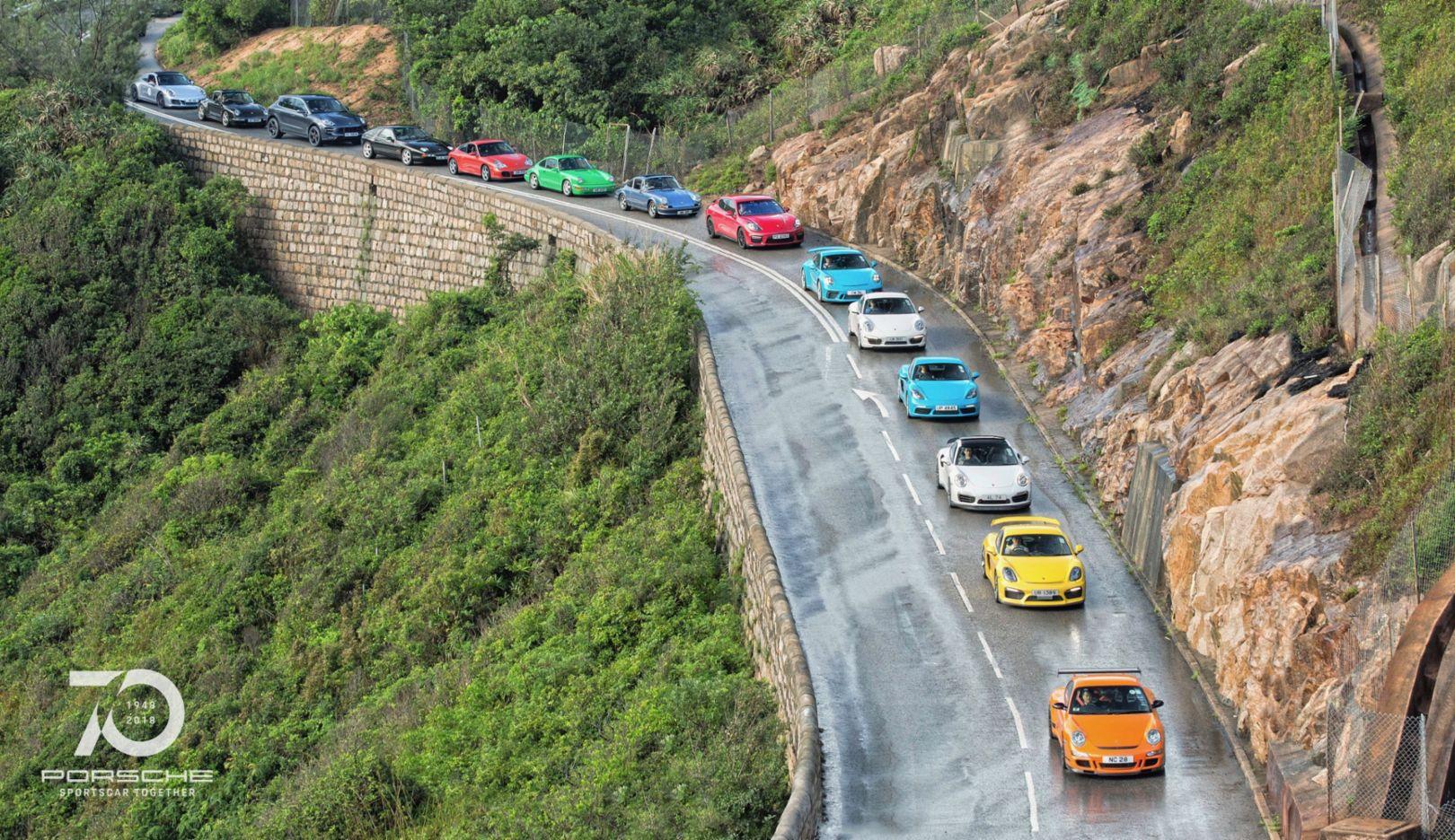 保时捷经典车型一齐亮相,驰骋在香港蜿蜒的公路上。