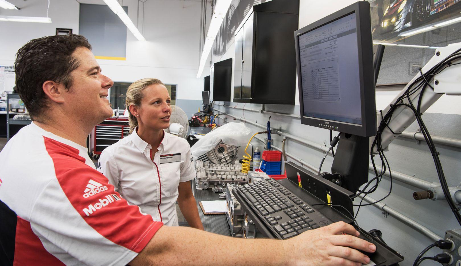 Anika Förster (l), Leiterin Fahrwerkmontage im Porsche-Werk Zuffenhausen, 2017, Porsche AG