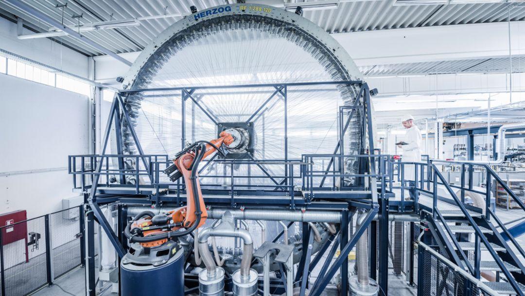 CfK-Flechtmaschine, Herstellung Felgenbett, Porsche 20-Zoll 911 Turbo Carbon-Rad für die 911 Turbo S Exclusive Series, 2017, Porsche AG