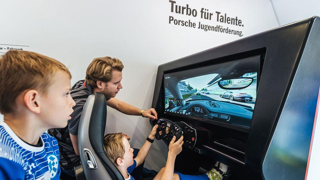 Fahrsimulator,  Coaching-Mobil, Fußball-Feriencamp, Stuttgarter Kickers, Stuttgart, 2016, Porsche AG