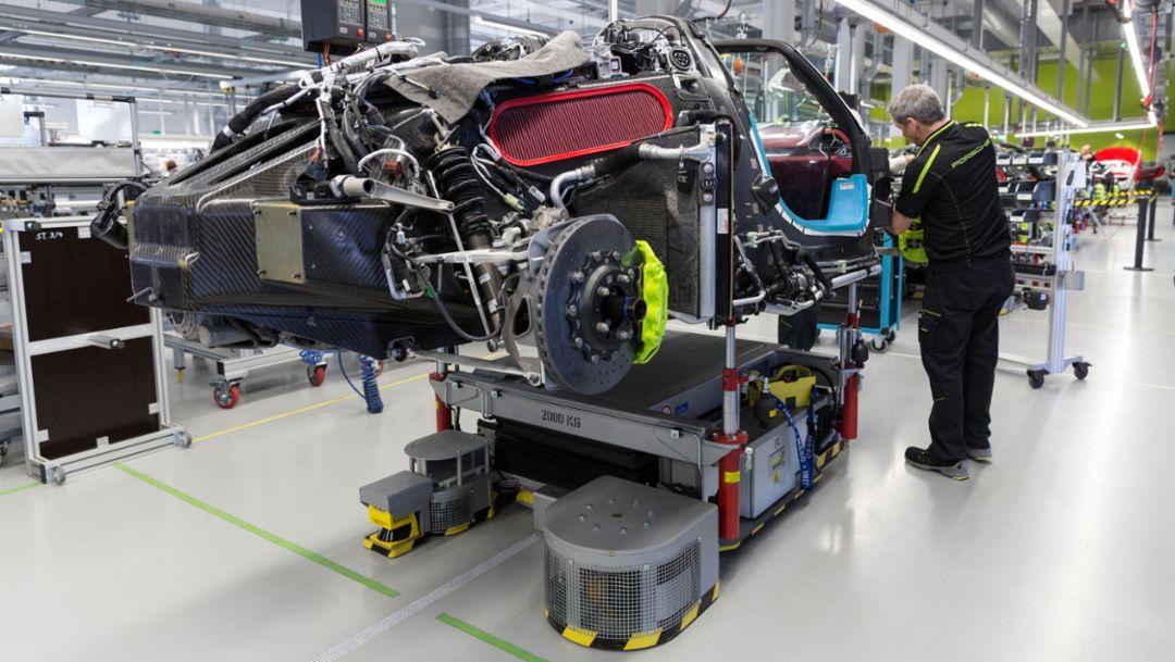 918 Spyder: Kraftstoffverbrauch/Emissionen*: 3,1 l/100 km; CO2-Emission: 72 g/km; Stromverbrauch: 12,7 kWh/100 km  918 Spyder (Weissach Paket): Kraftstoffverbrauch/Emissionen*: 3,0 l/100 km; CO2-Emission: 70 in g/km; Stromverbrauch: 12,7 kWh/100 km