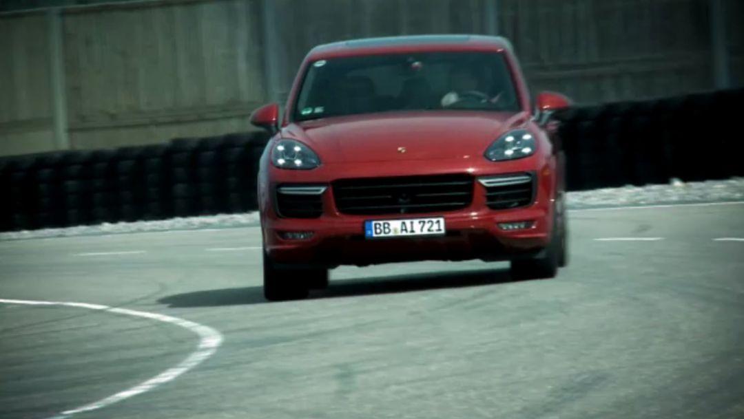 Porsche Cayenne GTS: Kraftstoffverbrauch kombiniert* 10,0–9,8 l/100 km; CO2-Emissionen 234–228 g/km  Porsche Cayenne: Kraftstoffverbrauch kombiniert* 9,2 l/100 km; CO2-Emissionen 215 g/km