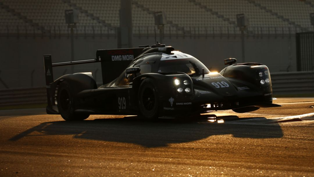 Porsche tests in Abu Dhabi
