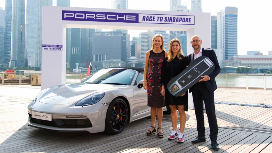 Micky Lawler (WTA), Simona Halep (Porsche Race to Singapore 2017 and 2018 winner), Oliver Eidam (Porsche AG), l-r, 718 Boxster GTS, Singapore, 2018, Porsche AG