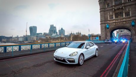 Porsche Panamera Sport Turismo in gold rush
