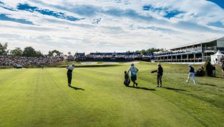 Golf-Top-Stars spielen um den Porsche Taycan