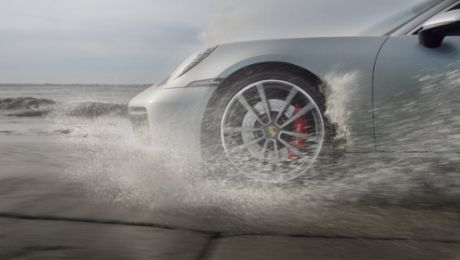 Against the tides: the new Porsche 911 on the Passage du Gois
