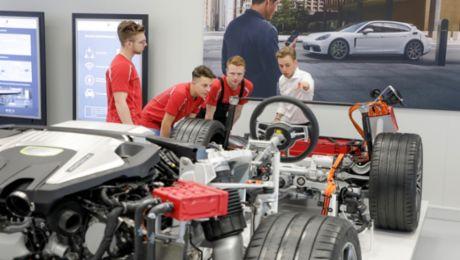 Porsche macht seine Mitarbeiter fit für den Taycan
