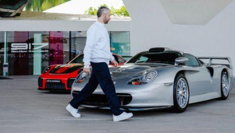 Designer Arthur Kar zu Besuch im Porsche Museum