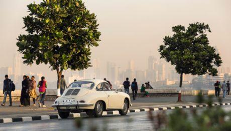 Ein Porsche auf Mumbais Straßen