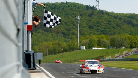 Porsche 911 GT3 R defends series lead