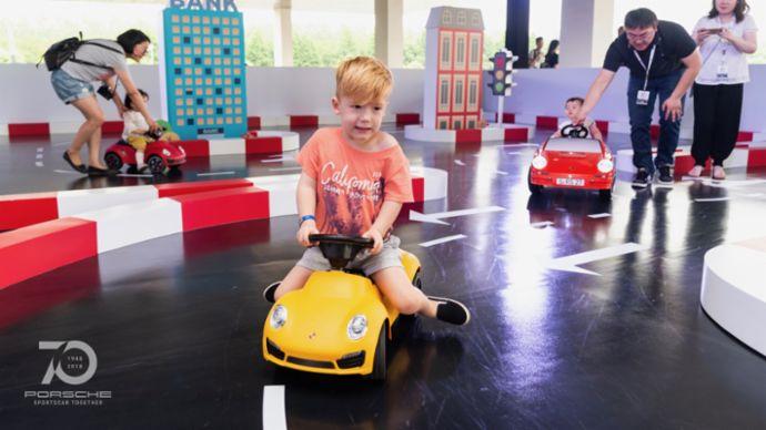 """""""迷你赛道""""也让小车手们充分享受了驾驭乐趣。"""