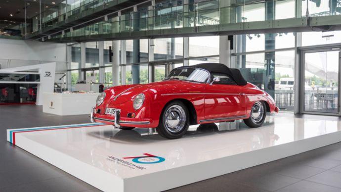 活动当天展出了保时捷经典的 356 车型——这也是第一辆冠以保时捷之名的跑车。