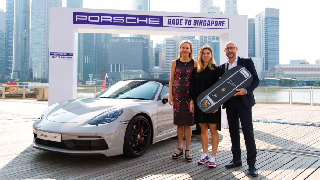 Micky Lawler (WTA), Simona Halep (Gewinnerin des Porsche Race to Singapore 2017 und 2018), Oliver Eidam (Porsche AG), l-r, 718 Boxster GTS, Singapur, 2018, Porsche AG