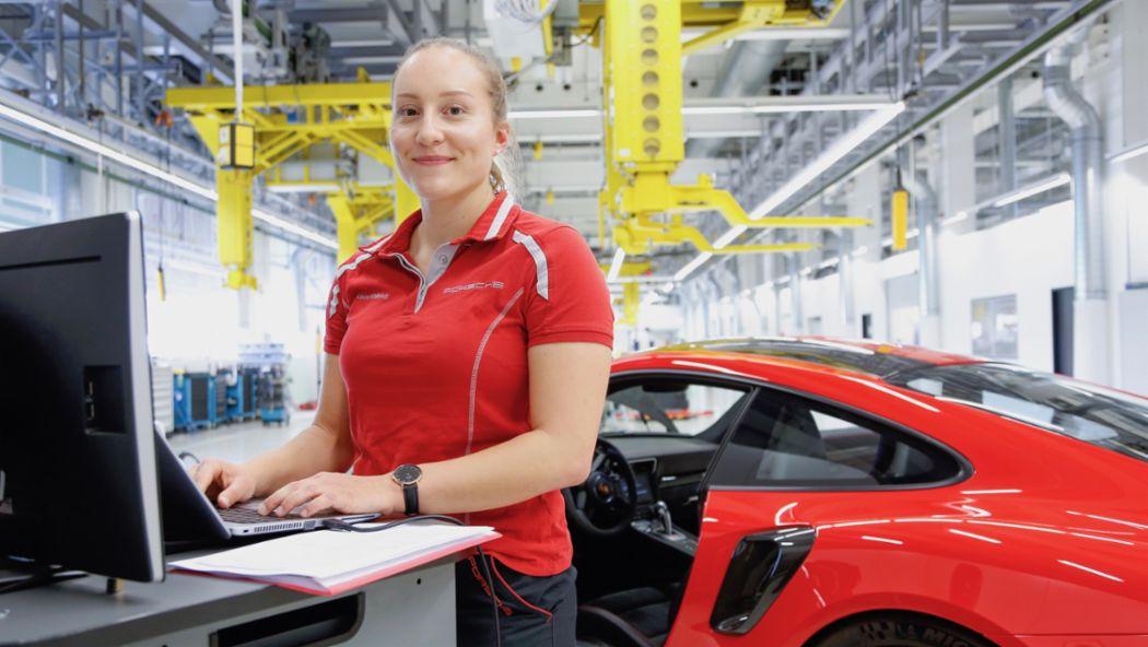 Mitarbeiterin, 2019, Porsche AG