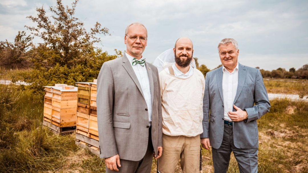 Dr. Falk Hohmann, Saxon Ministry for the Environment and Agriculture, Richard Beer, beekeeping Beer, Siegfried Bülow, Chairman of the Executive Board of Porsche Leipzig GmbH, l-r, 2017, Porsche AG