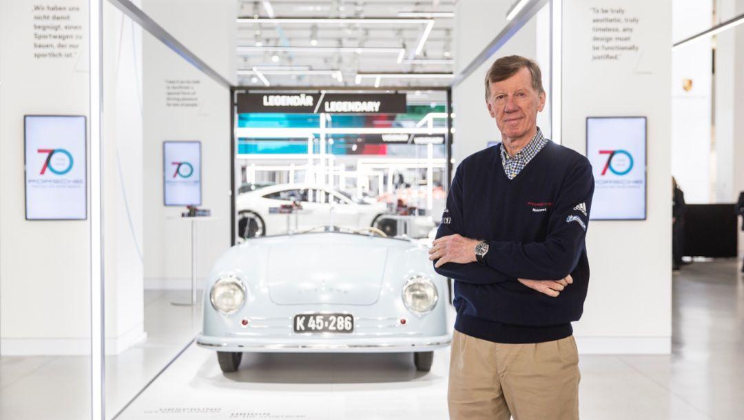 """沃尔特•罗尔(Walter Röhrl)以及象征""""跑车起源""""的保时捷356""""No.1""""跑车向参观者们致以诚挚欢迎"""