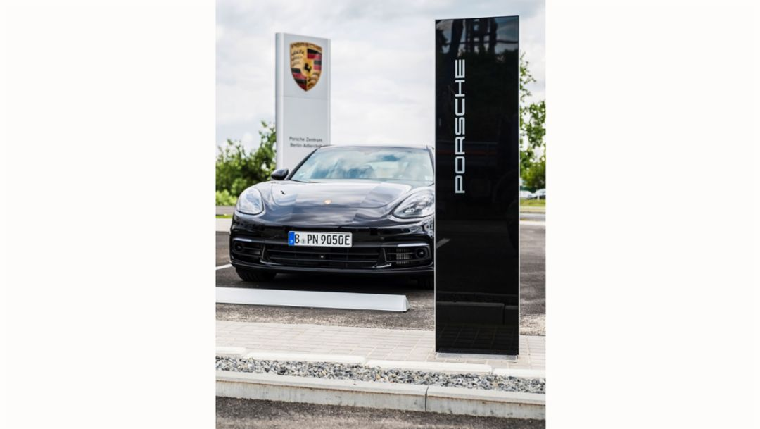 Schnellladesäule, Panamera 4 E-Hybrid, Porsche Zentrum Berlin-Adlershof, 2017, Porsche AG