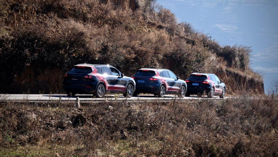 全新保时捷 Cayenne 车队探访四川省凉山州瓦吾小学