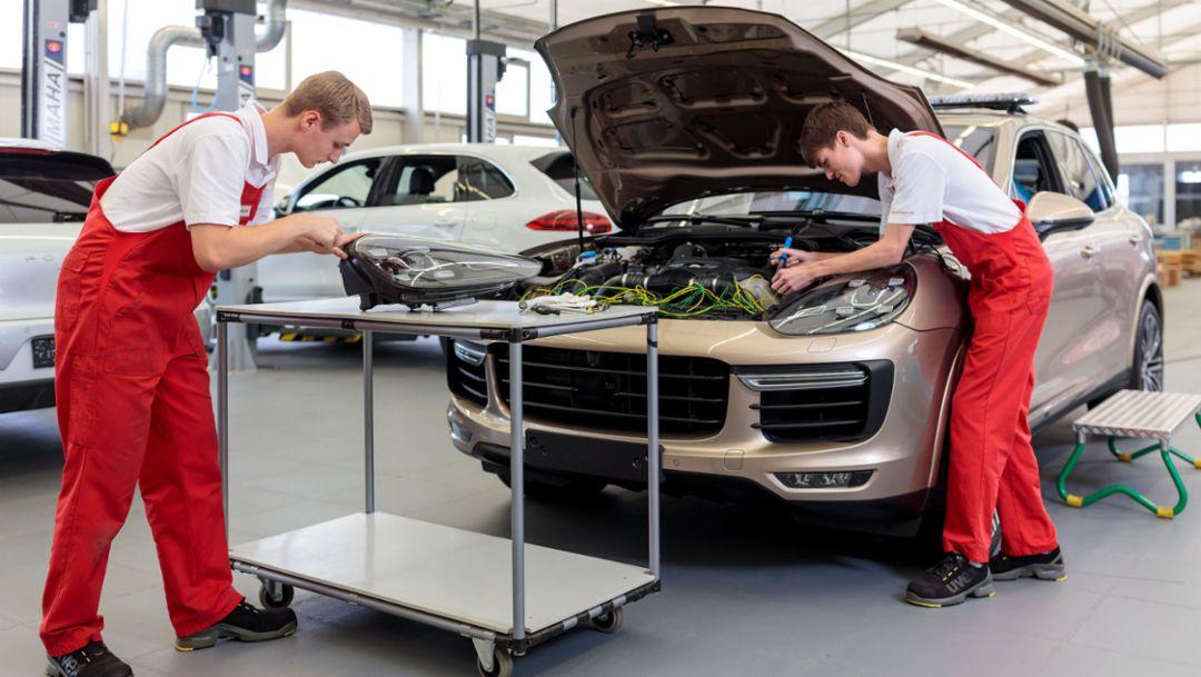 Pascal Haußner, Tim Heuer, l-r, Auszubildende, Cayenne Turbo, Leipzig, 2017, Porsche AG