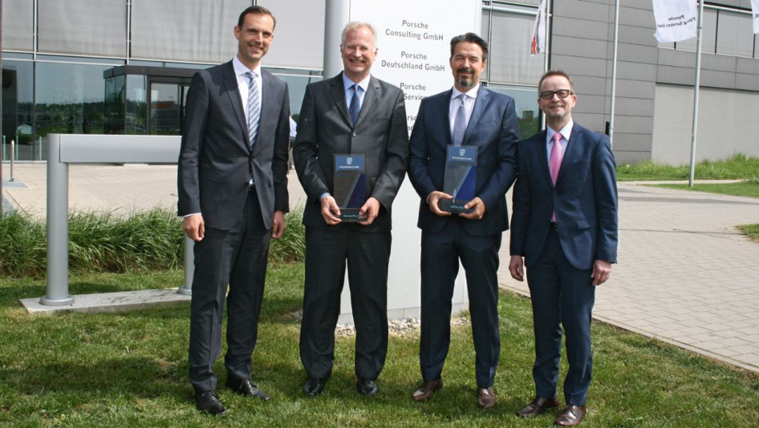 (l.-r.) Thorsten Barg, country manager of Schwacke GmbH, Dr. Jens Puttfarcken, chairman of Porsche Deutschland GmbH, Thomas Henrici, chairman of Porsche dealer association, Prof. Dr. Stefan Reindl, deputy director of IfA-Institut
