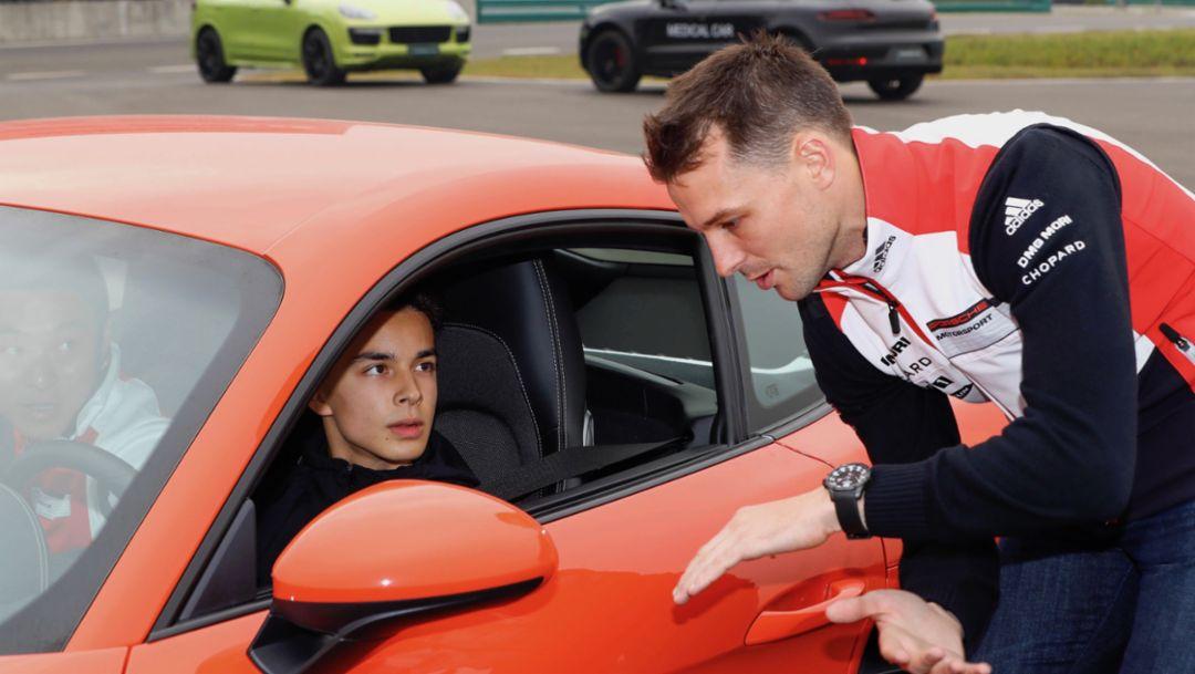 两届勒芒24小时耐力赛及两届亚洲卡雷拉杯冠军得主班博(Earl Bamber)在测试现场给予青 年车手指导帮助