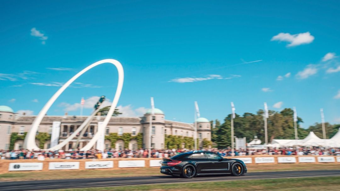 PS-starke Gartenparty: Taycan zu Gast beim Festival of Speed