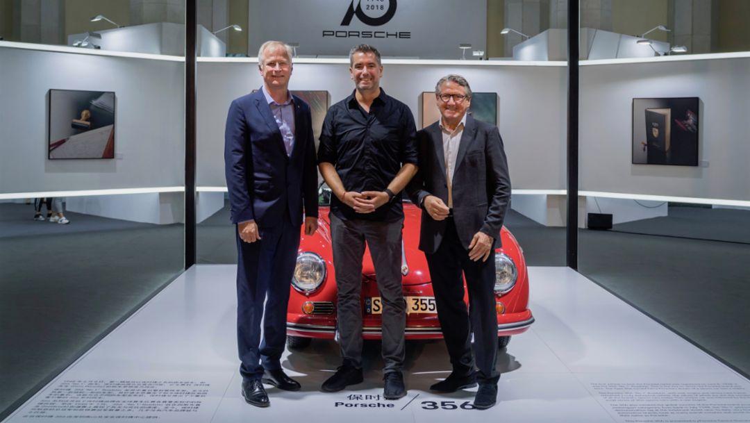 保时捷中国总裁及首席执行官严博禹博士,与 René Staud 先生和 Florian W. Mueller 先生在保时捷 356 Speedster 前合影