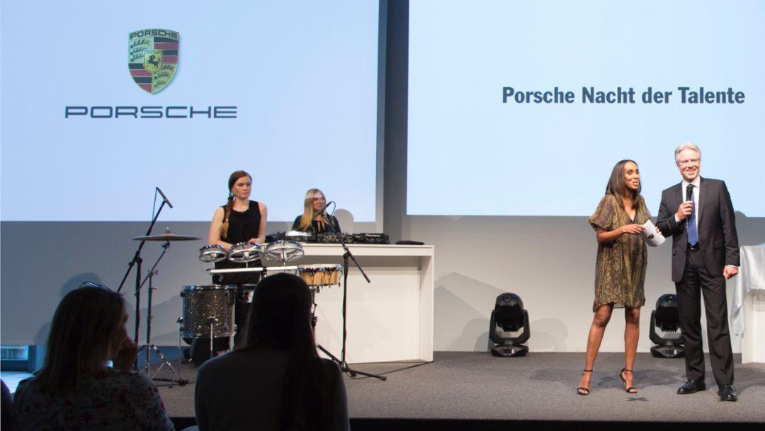 Moderatorin Hadnet Tesfai, Vorstand für Personal- und Sozialwesen Andreas Haffner, Porsche Nacht der Talente, Zuffenhausen, 2016, Porsche AG