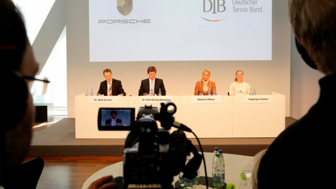 Dr. Kjell Gruner, Marketingleiter Porsche AG, Dr. Karl-Georg Altenburg, Präsident des Deutschen Tennisbundes (DTB), Barbara Rittner, Kapitänin Fed-Cup-Team, Angelique Kerber, Markenbotschafterin und Tennisspielerin, Pressekonferenz, Porsche Museum Stuttgart, 2014, Porsche AG
