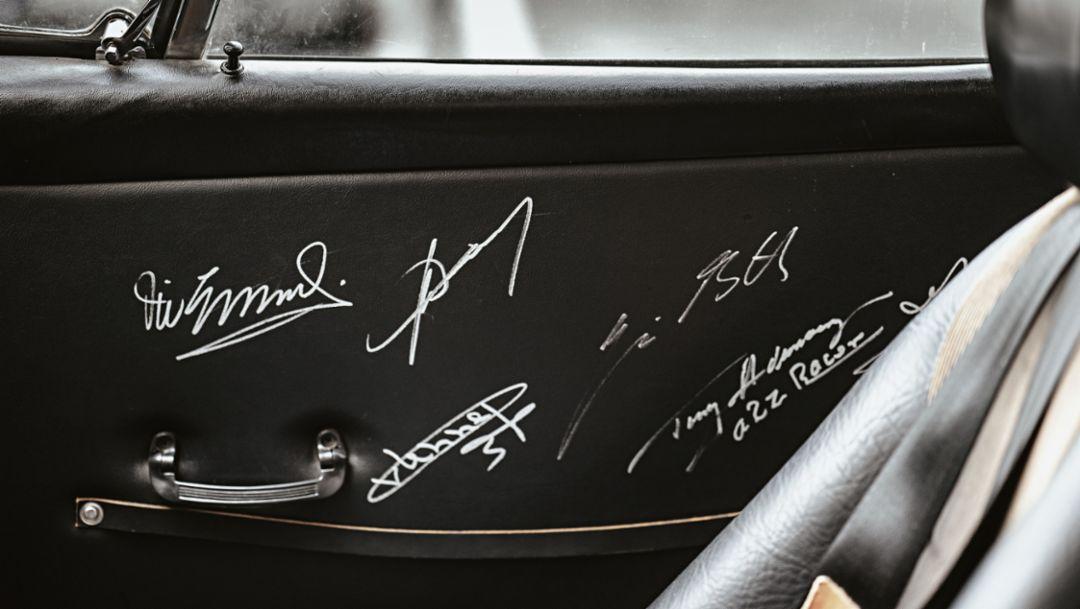 Unterschriften von Vic Elford, Jürgen Barth, Gijs van Lennep, Brian Redman, Tony Adamowicz und Howden Ganley, 911 T, Los Angeles, USA, 2017, Porsche AG